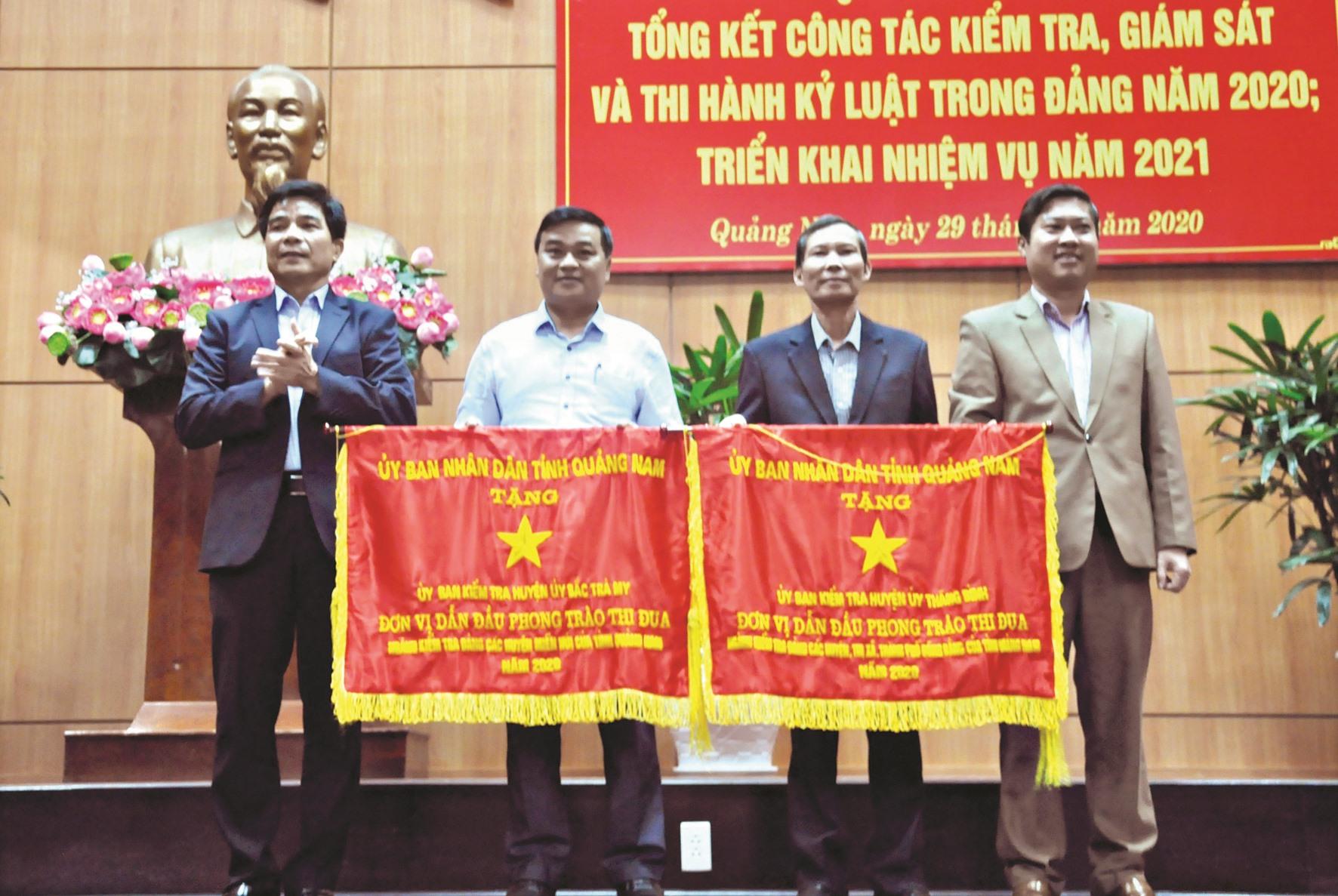 UBKT Huyện ủy Bắc Trà My và UBKT Huyện ủy Thăng Bình nhận Cờ thi đua của UBND tỉnh năm 2020. Ảnh: N.Đ