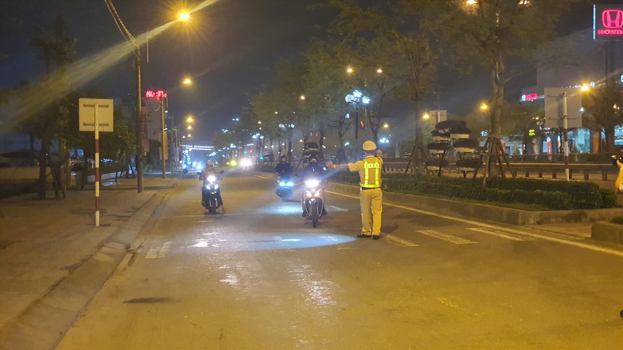 CSGT chốt chặn, tuần tra kiểm soát trên tuyến Quốc lộ 1A tối 29.12. Ảnh: T.C