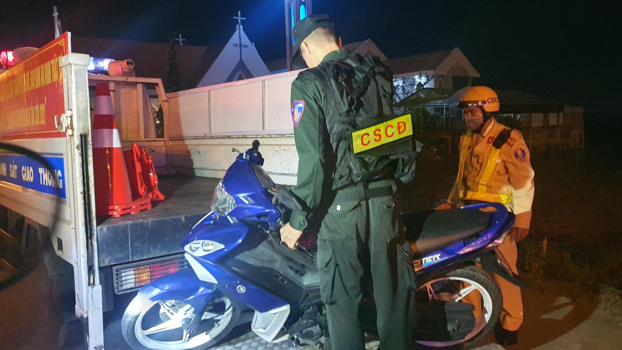 Một xe máy bị tạm giữ do tài xế vi phạm hàng loạt lỗi. Ảnh: T.C