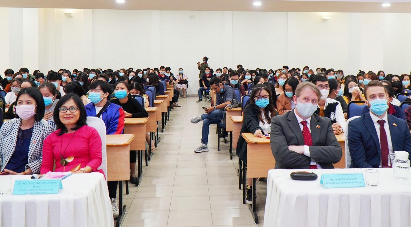 """Các đại biểu và HS-SV Đà Nẵng tham gia mạn đàm """"Hành trình giáo dục và công nghệ Vương quốc Anh"""" tại VNUK. Ảnh: QUẾ LÂM"""