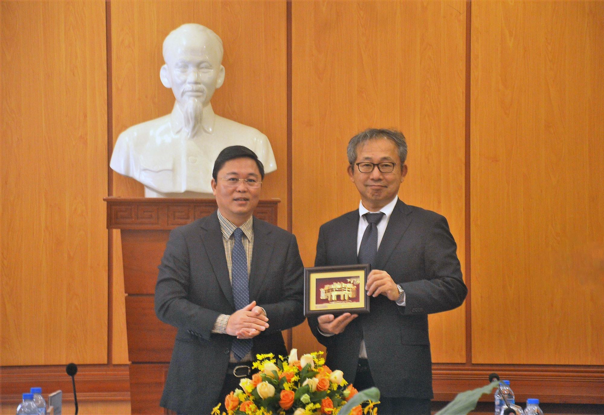 Chủ tịch UBND tỉnh Lê Trí Thanh tặng quà lưu niệm cho ngài đại sứ Yamada Takio. Ảnh: S.A