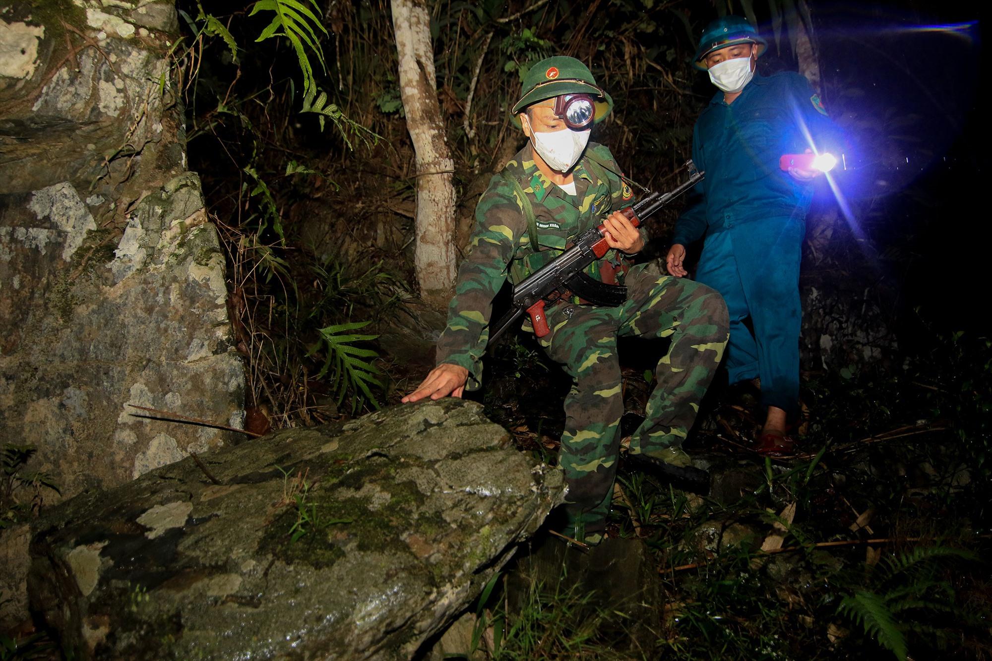 Đến nay, BĐBP tỉnh vẫn duy trì 21 điểm chốt kiểm soát biên giới phòng chống dịch Covid-19. TRONG ẢNH: Các chiến sĩ làm nhiệm vụ tuần tra đường mòn lối mở, đảm bảo an toàn tuyến biên giới. Ảnh: Đ.N