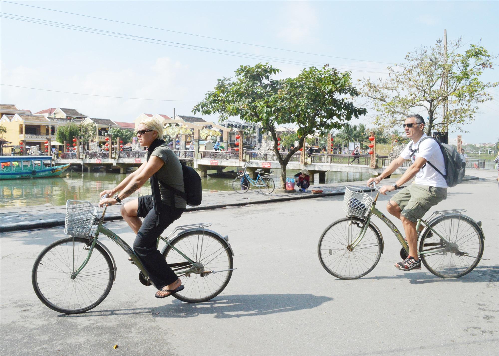 Xây dựng đô thị di sản thông minh sẽ giúp Hội An quản lý tốt các hoạt động xã hội, nhất là hoạt động du lịch và bảo tồn di sản. Ảnh: V.LỘC