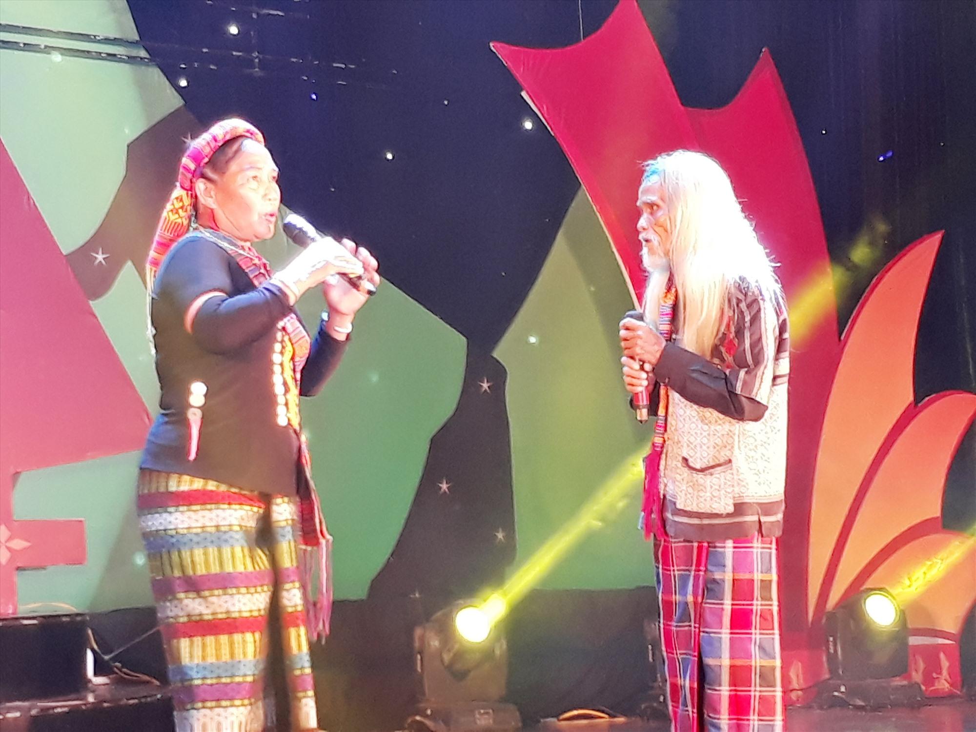 Những nghệ nhân cao tuổi trên sân khấu truyền thống. Ảnh: Đ.T