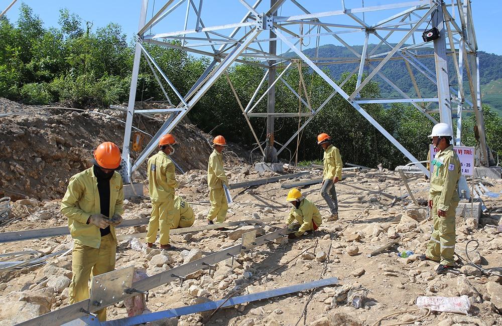 Thi công dựng cột Đường dây 500kV đoạn Dốc Sỏi – Pleiku 2