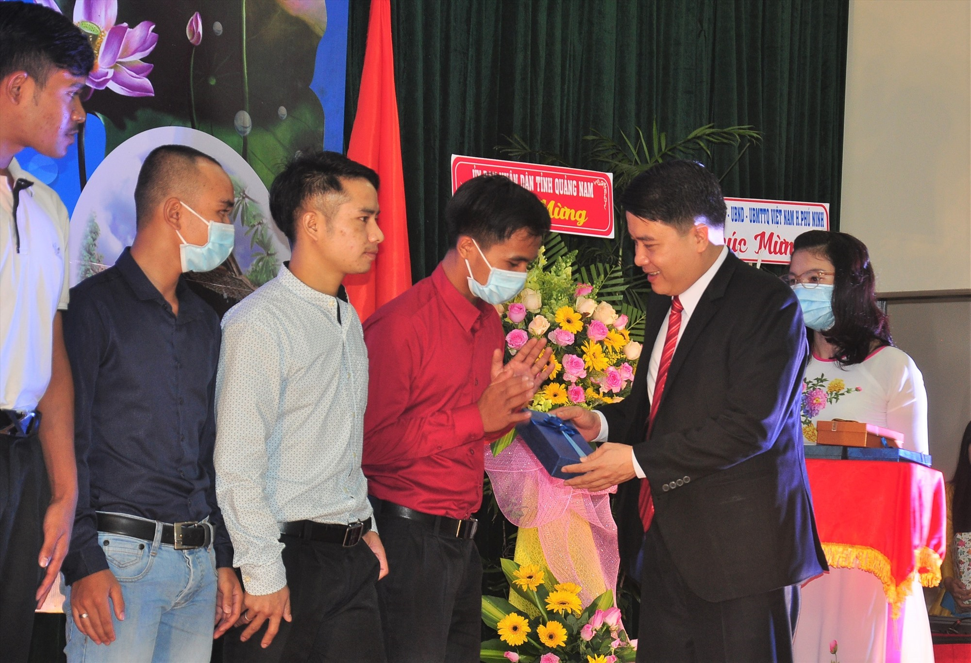 Vice Chairman Tran Van Tan gives gifts to Lao students.