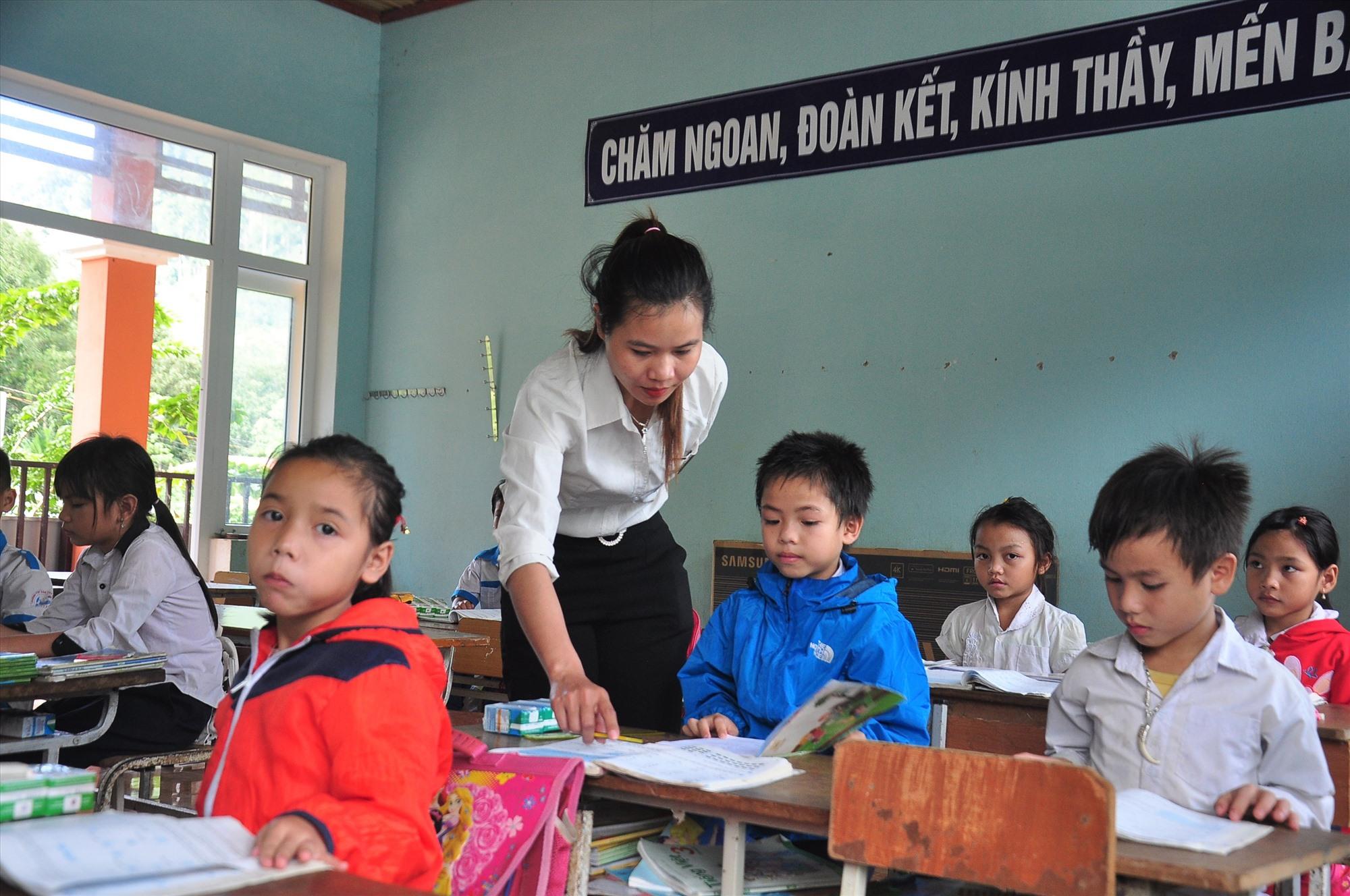 Cô giáo Hồ Thị Chim gác lại nỗi buồn mất nhà cửa để ra lớp dạy học. Ảnh: VINH ANH