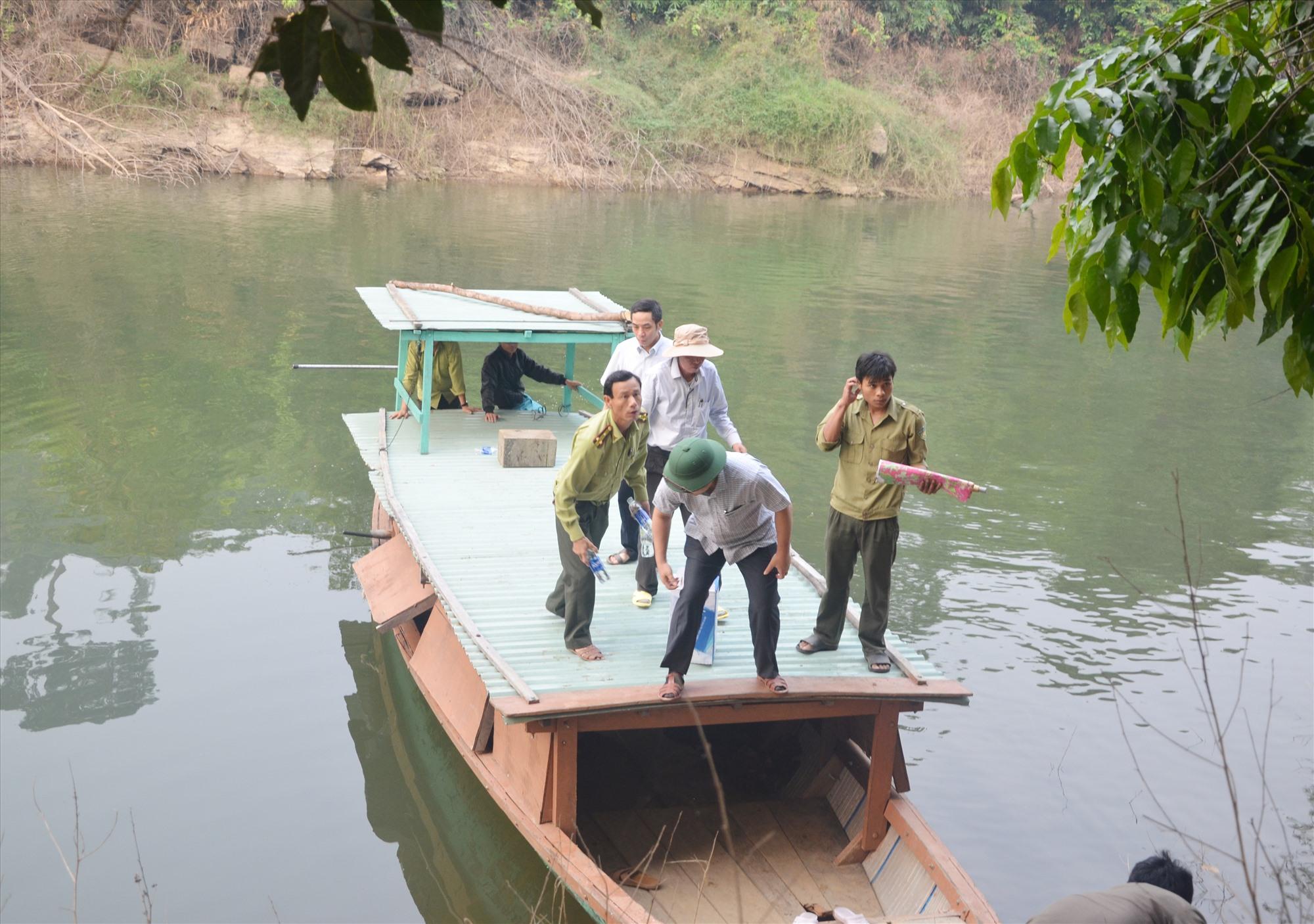 Lực lượng chức năng tuần tra bảo vệ rừng vùng lưu vực thủy điện Đắk Mi 4, Phước Sơn. Ảnh: H.P