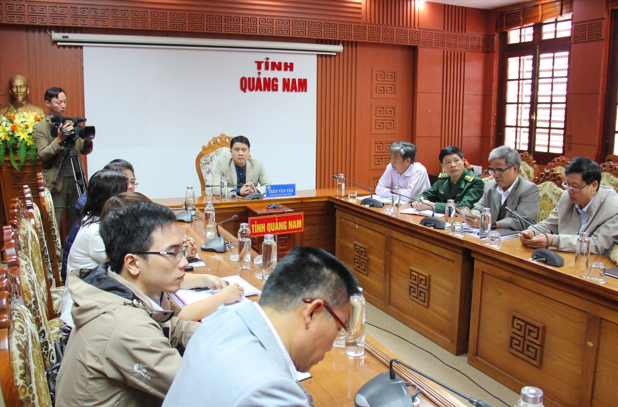 Phó Chủ tịch UBND tỉnh Trần Văn Tân chủ trì ở đầu cầu Quảng Nam. Ảnh: A.N