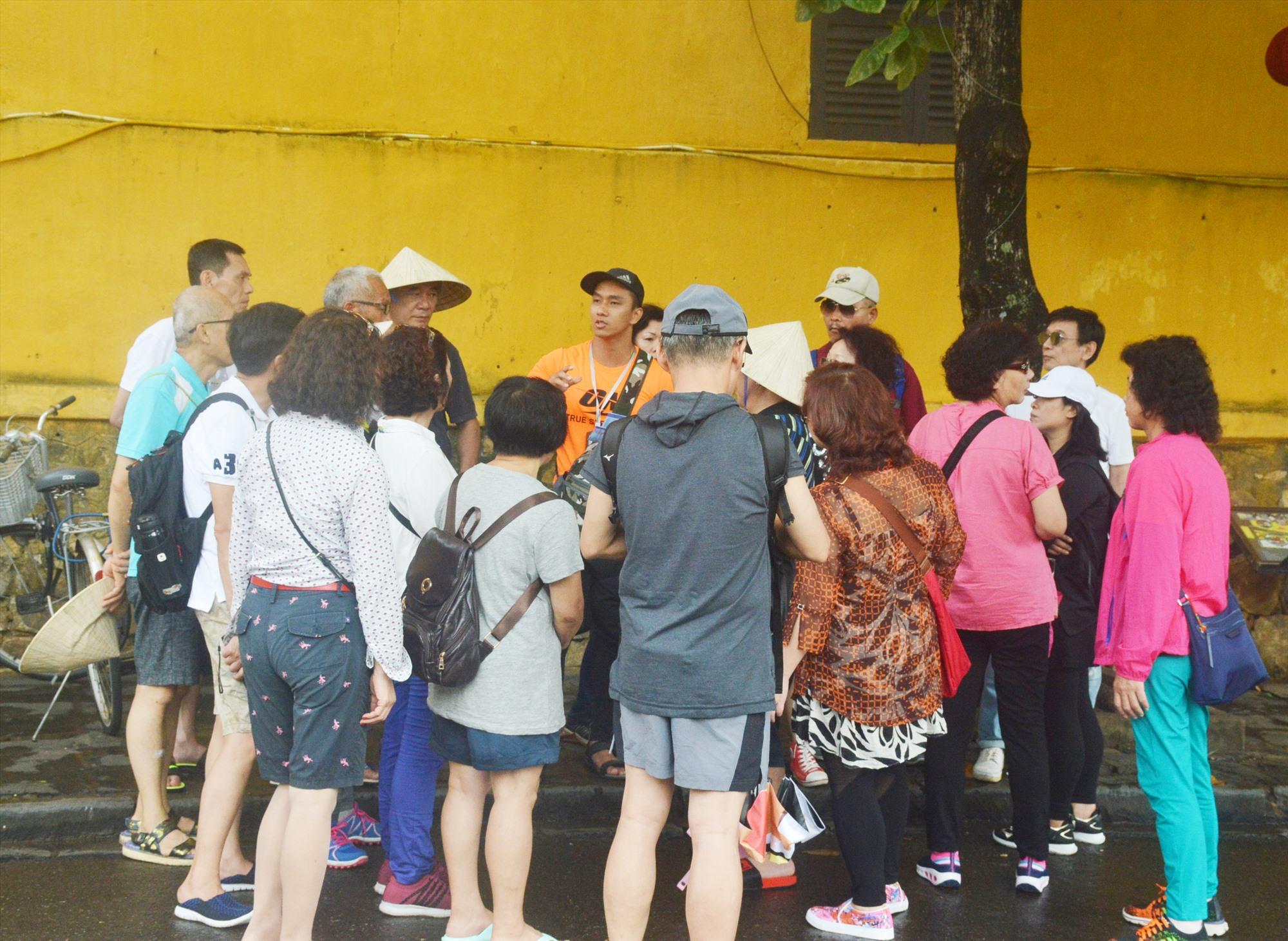 Nghề hướng dẫn viên du lịch bị ảnh hưởng nặng nề bởi dịch corona. Ảnh: Q.T