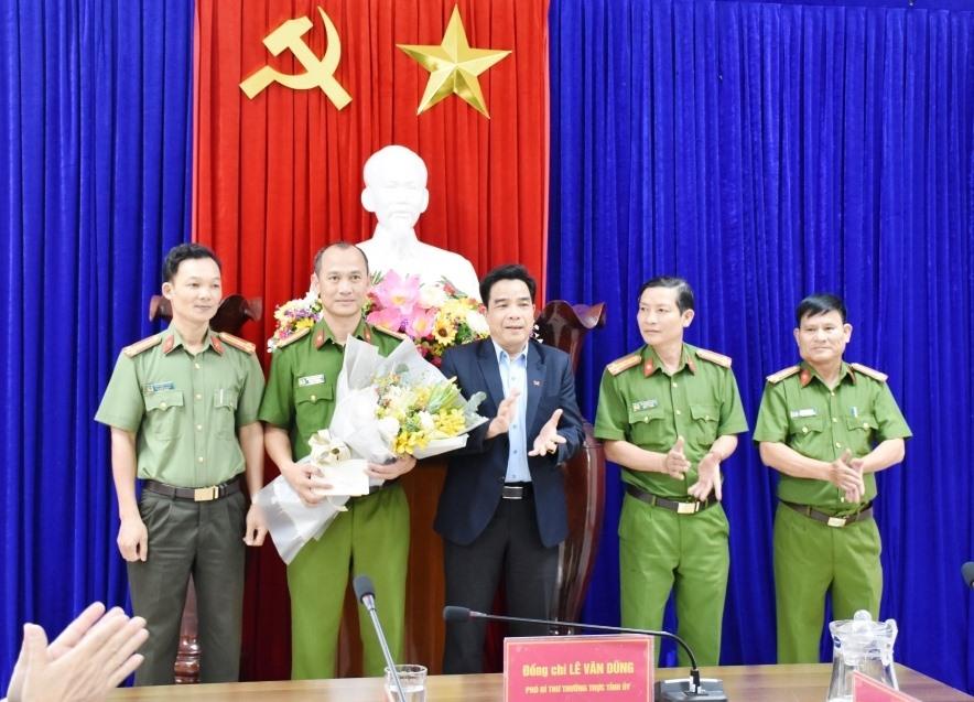 Phó Bí thư thường trực Tỉnh ủy Quảng Nam thưởng nóng Ban chuyên án Công an tỉnh.