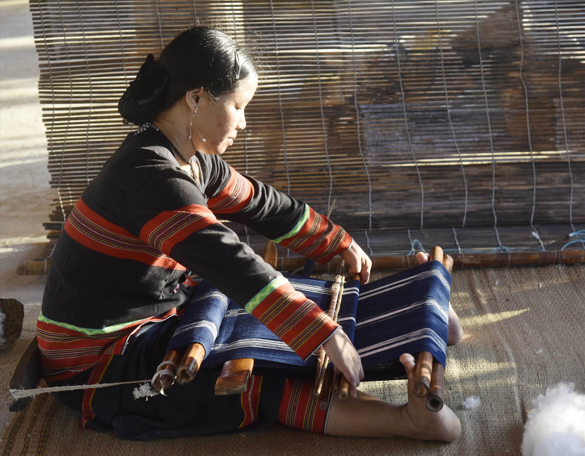 Nghề dệt thổ cẩm của đồng bào Cơ Tu được đưa vào Danh mục di sản văn hóa phi vật thể quốc gia.