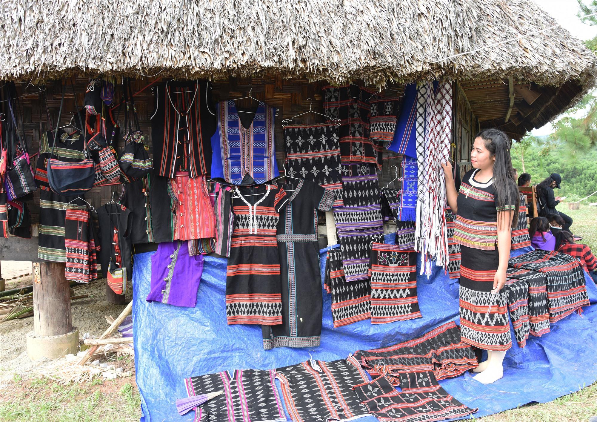 Vải thổ cẩm của dân tộc Tà Ôi, một sản phẩm được ưa thích của bà con vùng cao Tây Giang.Ảnh: TẤN VỊNH