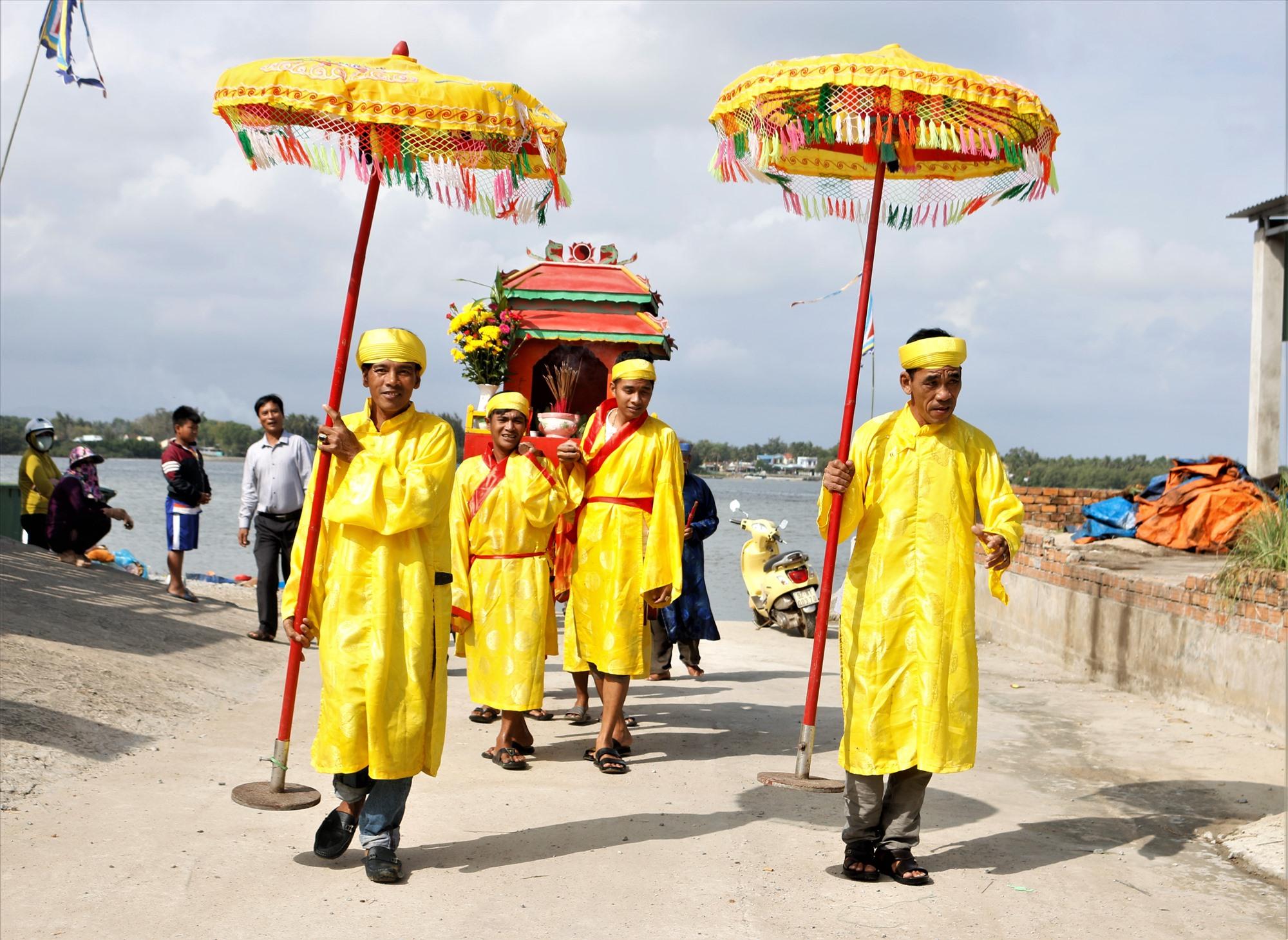 Ngư dân làng Sâm Linh Tây tổ chức rước thần Nam Hải trong lễ cầu ngư đầu năm. Ảnh: HOÀI AN