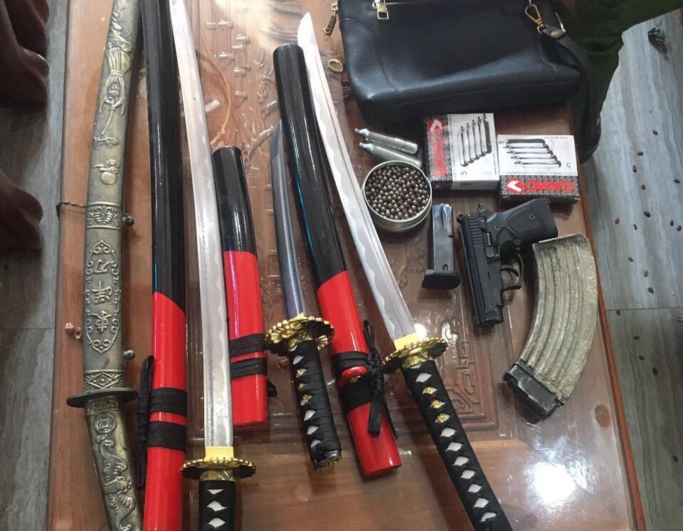 Tang vật là súng, đạn và dao kiếm thu giữ tại nhà đối tượng Vinh.