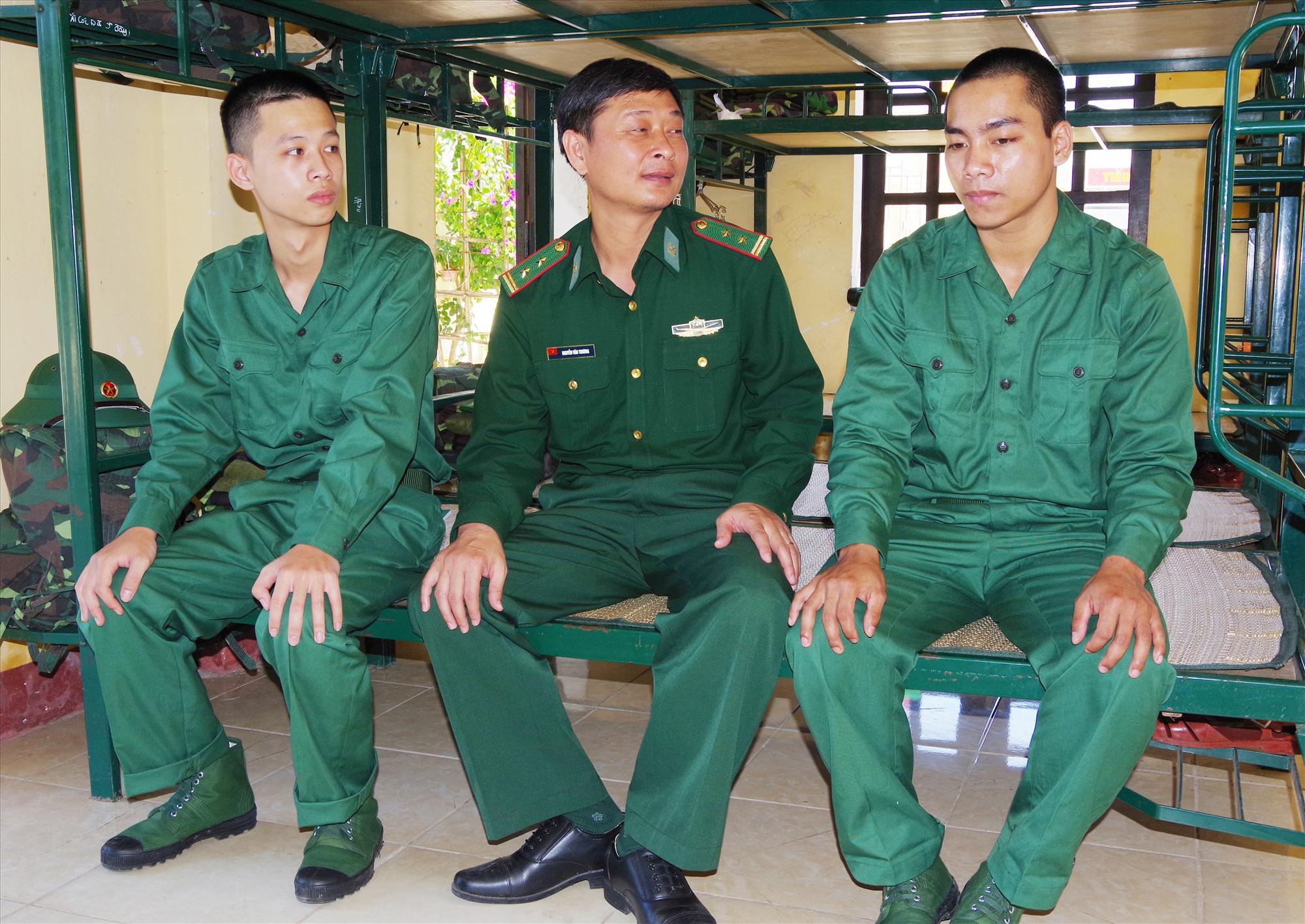 Trung tá Nguyễn Văn Thương – Tiểu đoàn trưởng Tiểu đoàn Huấn luyện – Cơ động động viên các tân binh nhập ngũ vào đơn vị.