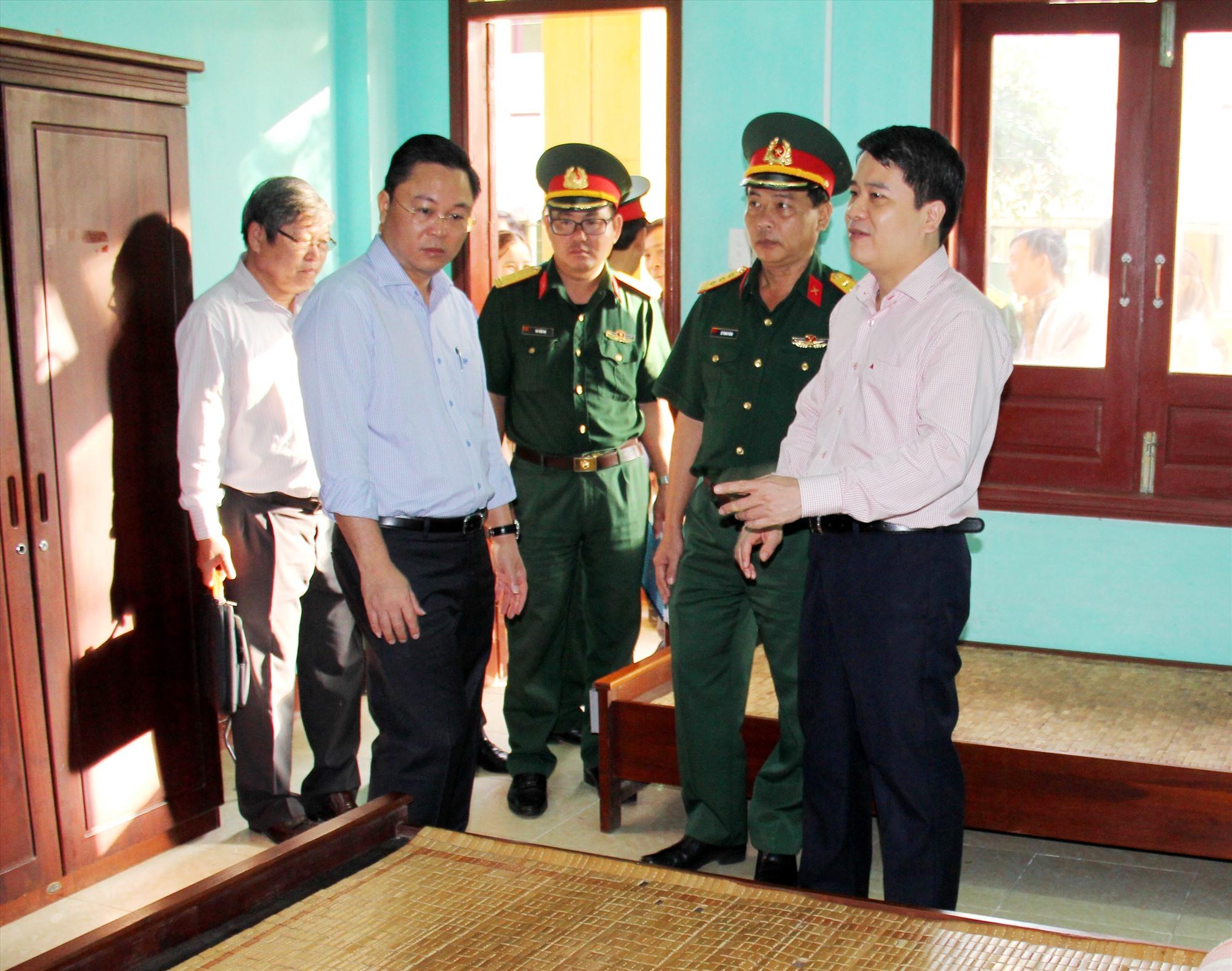 Chủ tịch UBND tỉnh Lê Trí Thanh kiểm tra điều kiện phòng ốc tại khu cách ly. Ảnh: ALĂNG NGƯỚC