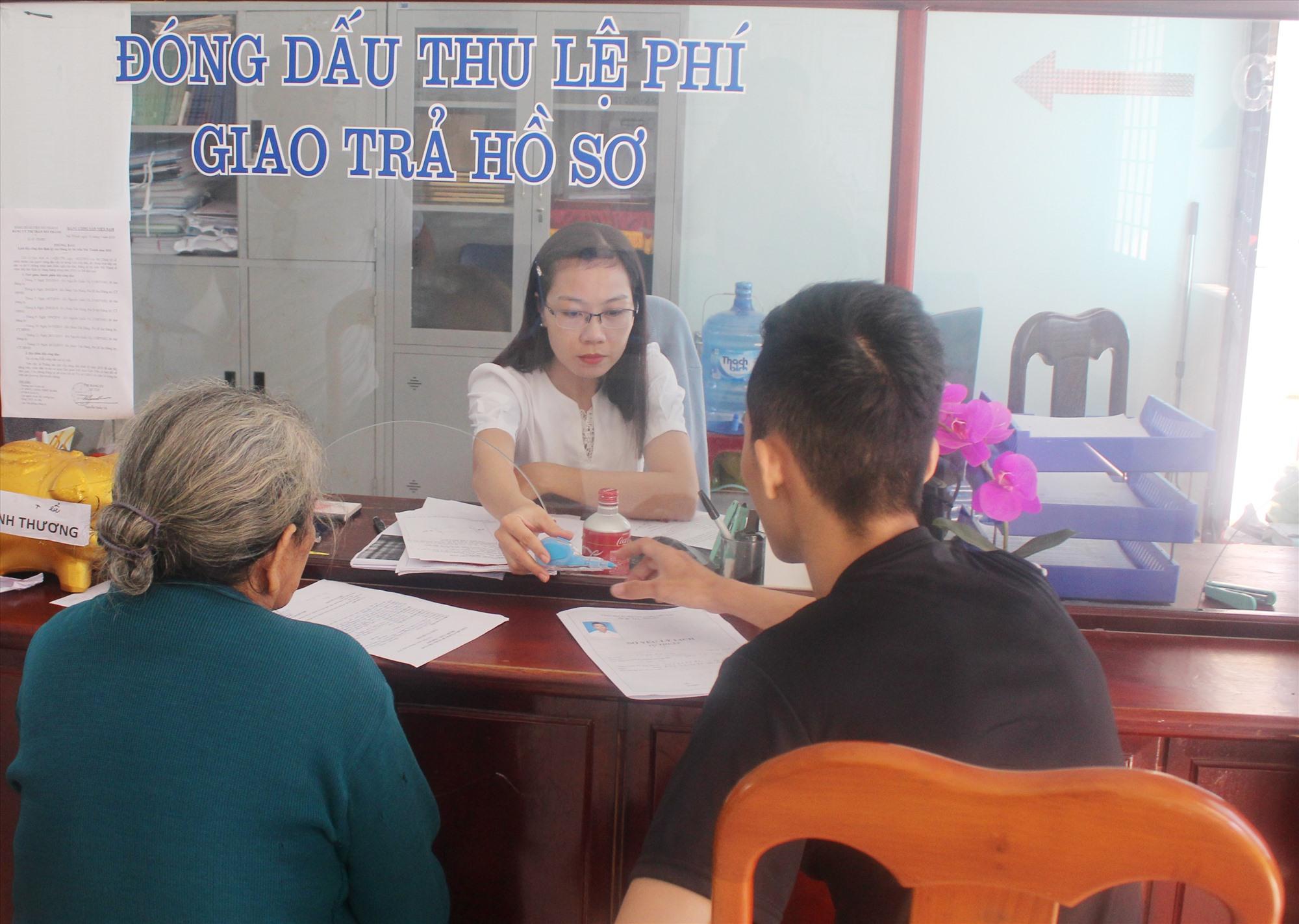 Giải quyết thủ tục hành chính ở thị trấn Núi Thành. Ảnh: VĂN PHIN