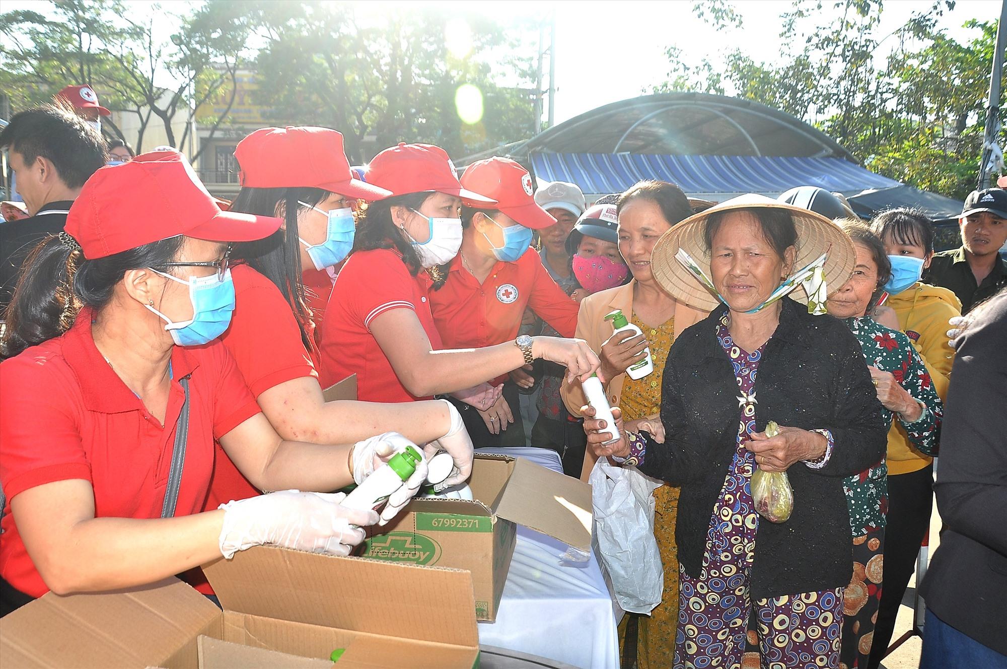 Nhiều tiểu thương, người dân tại chợ Tam Kỳ đến nhận xà phòng miễn phí từ Hội CTĐ tỉnh. Ảnh: VINH ANH