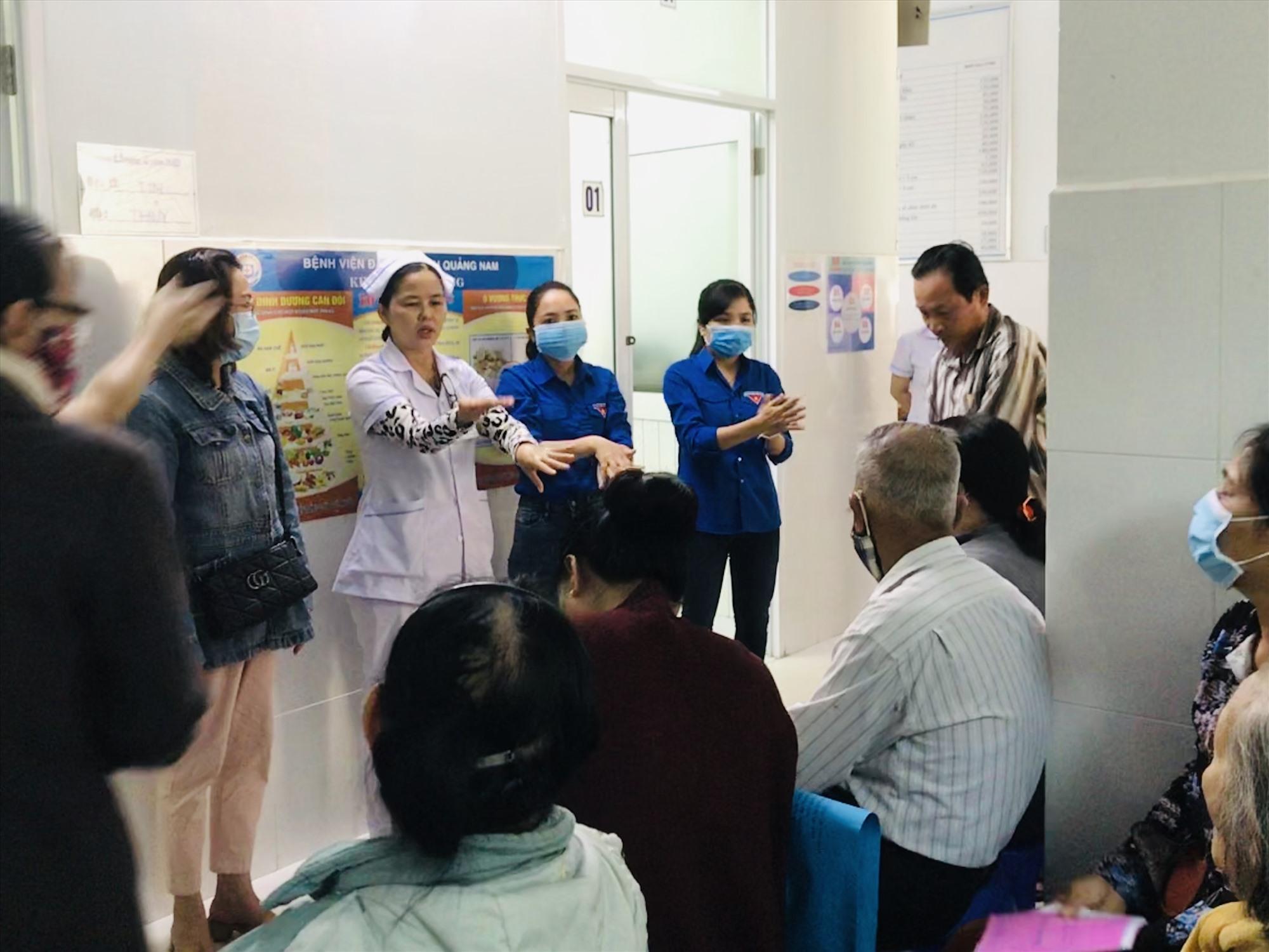 BVĐK Quảng Nam hướng dẫn cho bệnh nhân và người nhà bệnh nhân rửa tay đúng cách. Ảnh: C.N