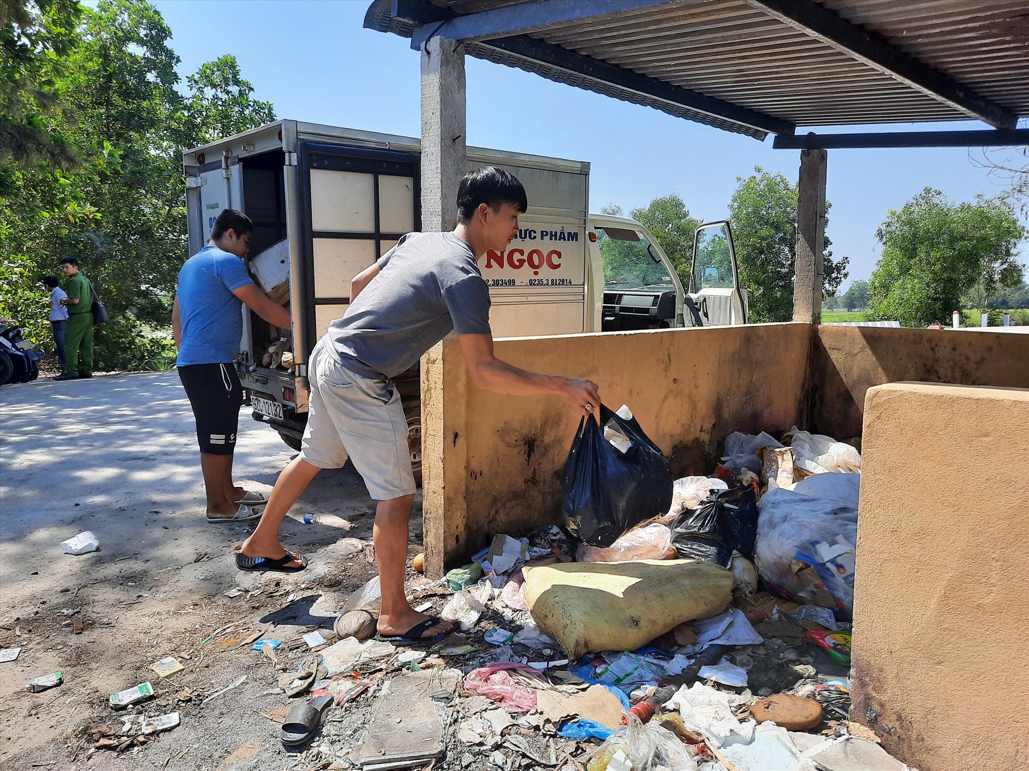 Hai đối tượng Kiệt, Tây đổ thực phẩm thối rửa ra môi trường tại cầu Khe Hộp thì bị lực lượng chức năng bắt quả tang. Ảnh: Đ.Q