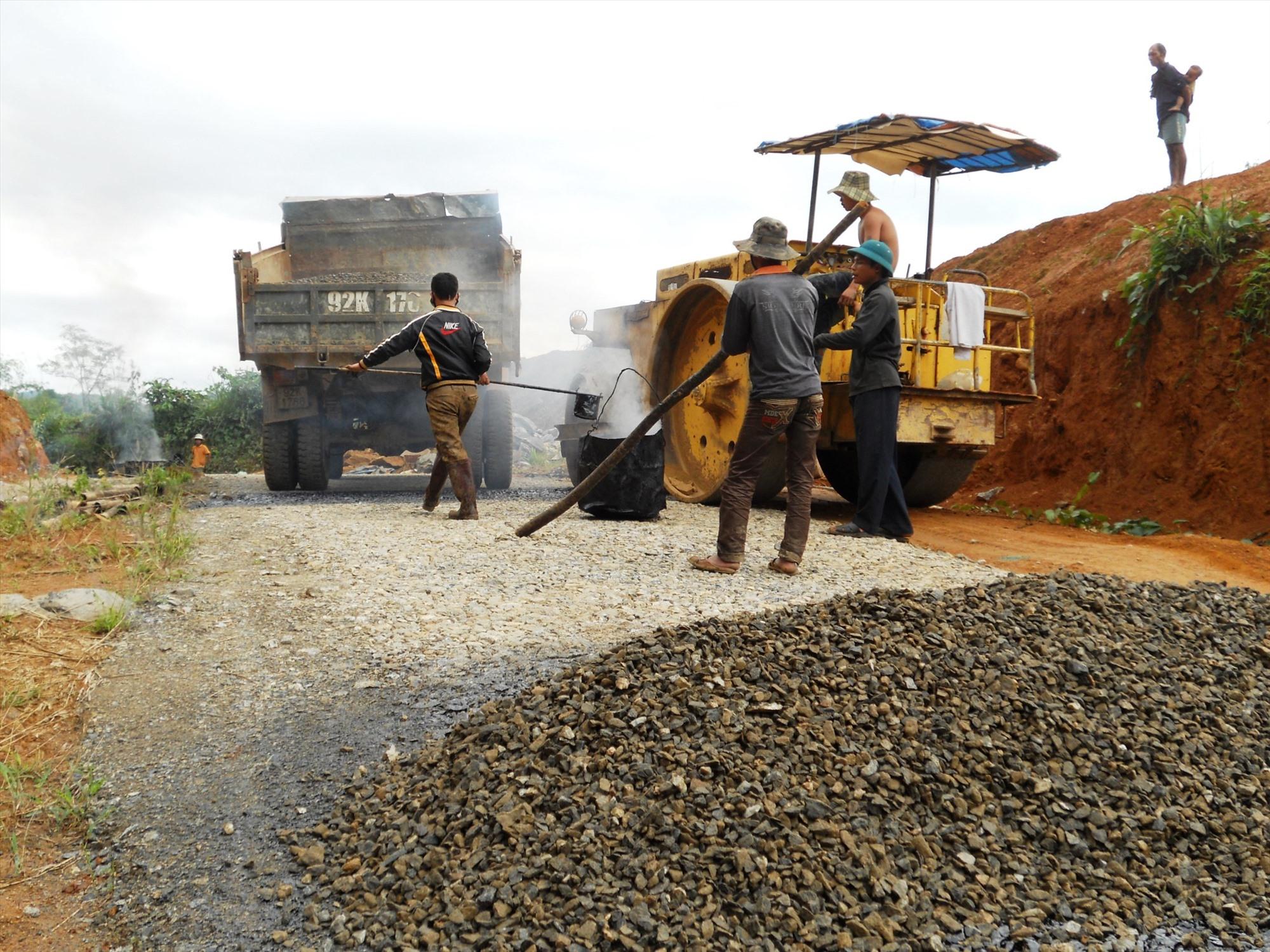 Từ Chương trình Mục tiêu quốc gia về xây dựng NTM, đến nay, 10/10 xã của Nam Trà My đã có đường ô tô đến trung tâm. Ảnh: H.MỸ