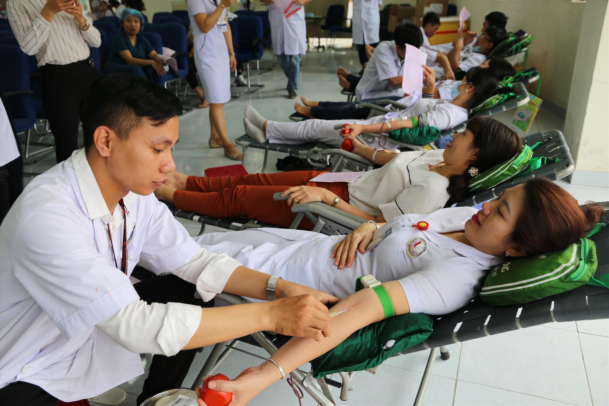 Cán bộ, nhân viên Bệnh viện Đa khoa Trung ương Quảng Nam hiến máu tình nguyện vào ngày 10.2 vừa qua. Ảnh: LÊ PHƯƠNG THẢO