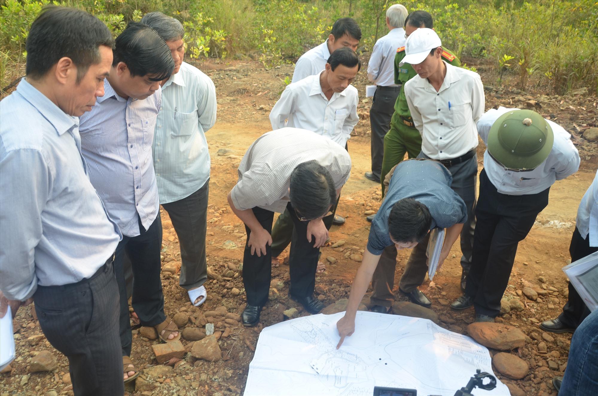 Lãnh đạo tỉnh kiểm tra hiện trạng một dự án thăm dò quặng sắt tại huyện Hiệp Đức. Ảnh: T.N