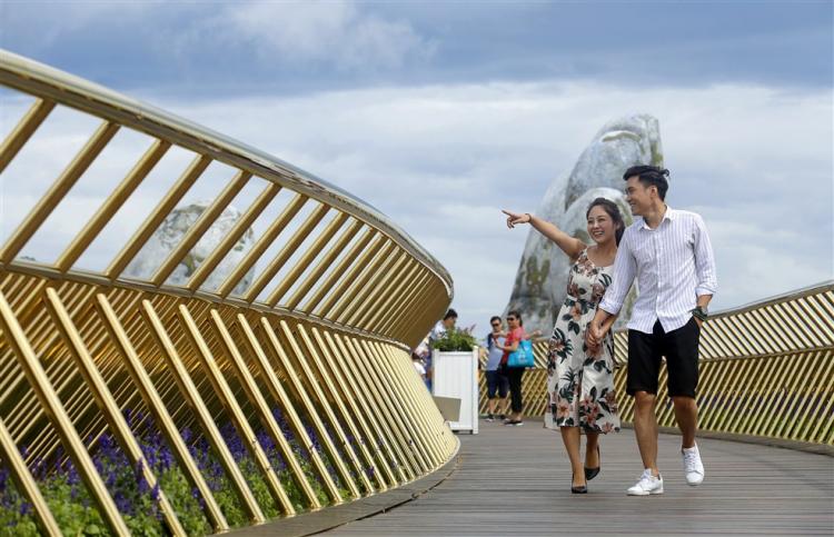 Đôi lứa bên nhau trên Cây Cầu Vàng hot nhất thế giới từ năm 2018 đến nay