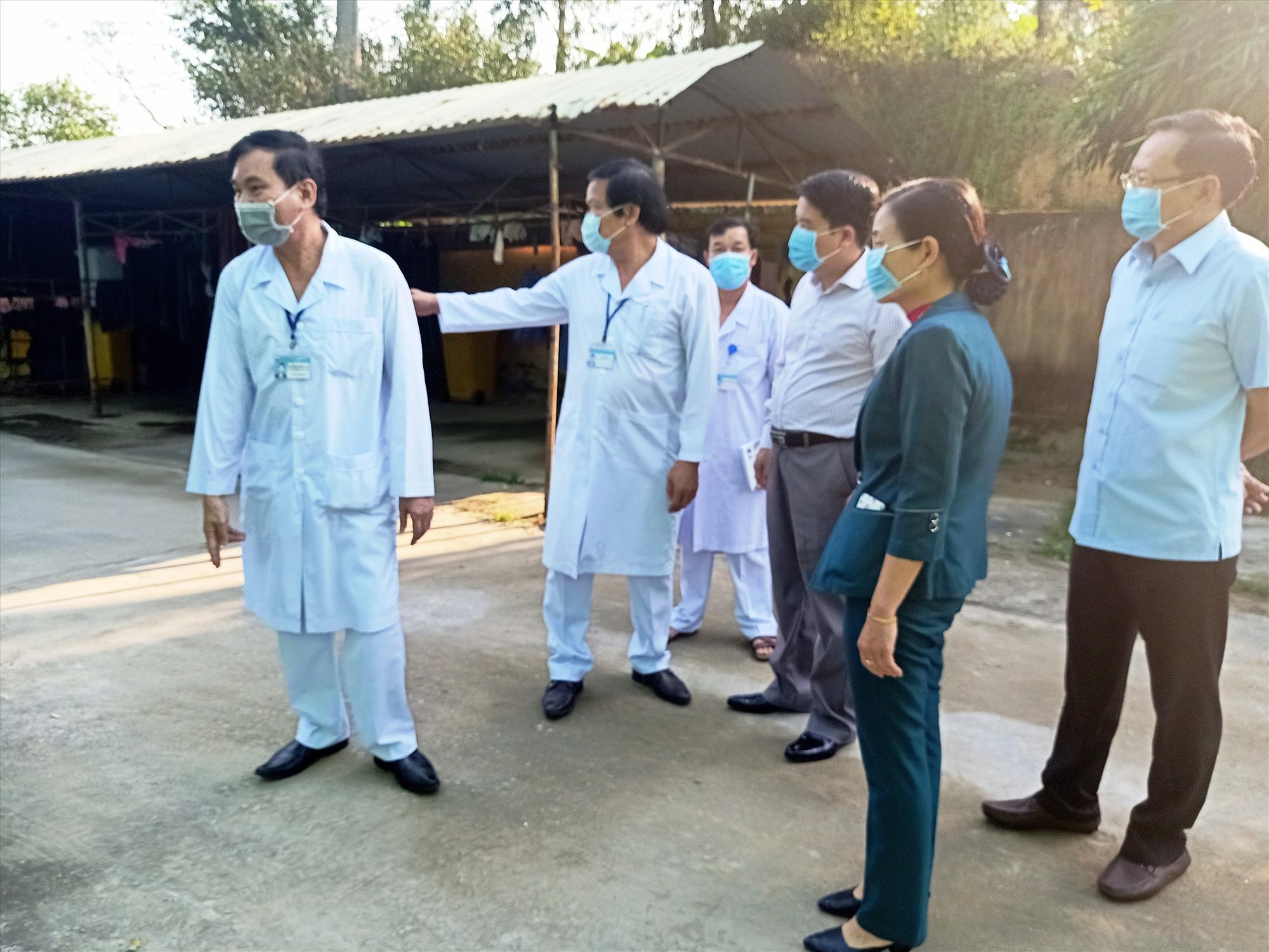 Phó Chủ tịch UBND tỉnh Trần Văn Tân kiểm tra công tác phòng chống dịch tại bệnh viện. Ảnh: HOÀNG LIÊN