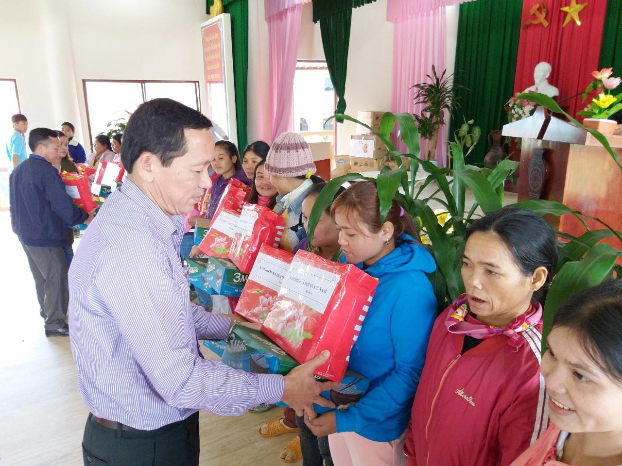 Phó Giám đốc phụ trách BHXH tỉnh Nguyễn Thanh Danh trao quà tặng gia đình chính sách ở xã Tư, huyện Đông Giang. Ảnh: DIỄM LỆ
