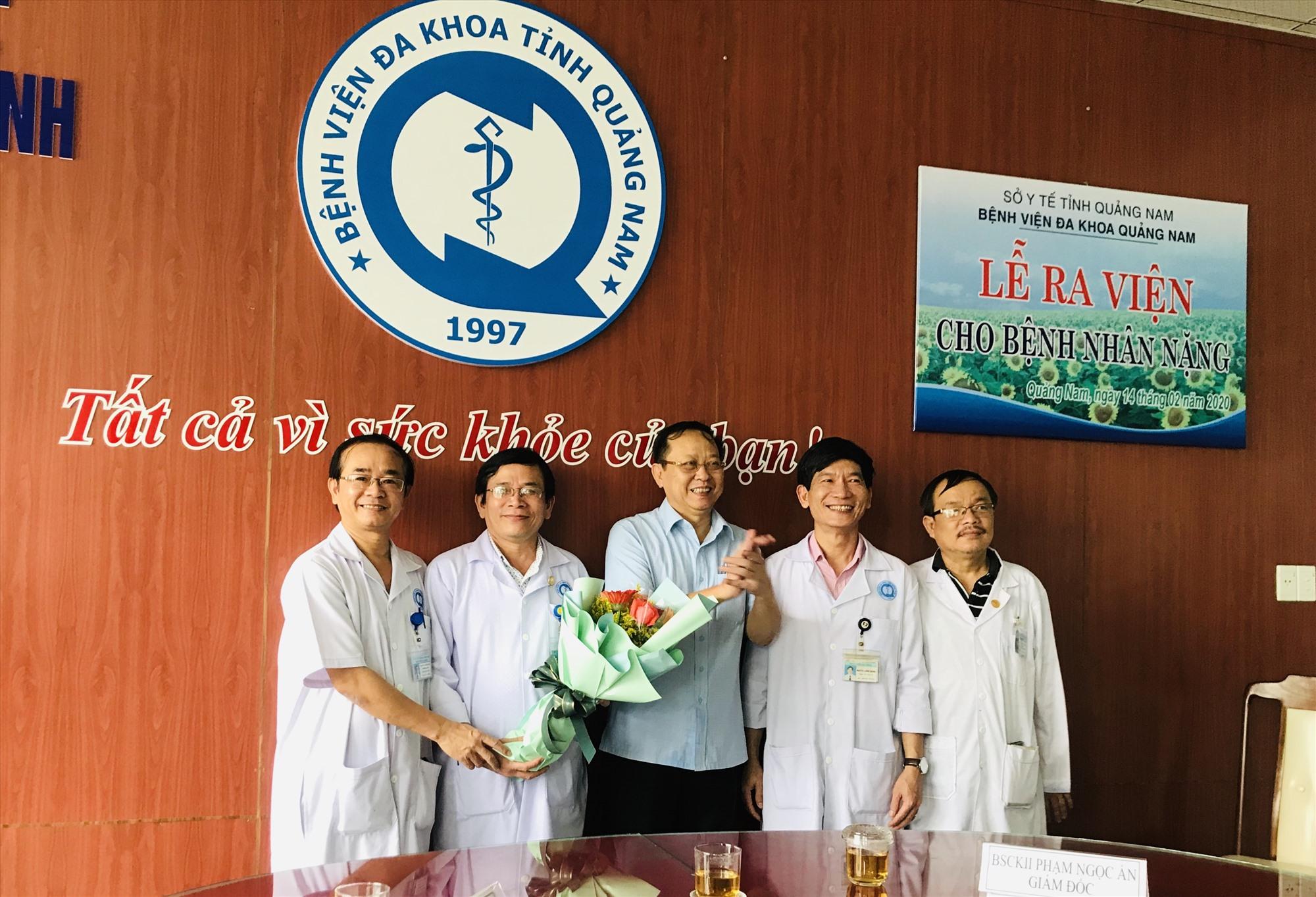 Bác sĩ Nguyễn Văn Hai - Giám đốc Sở Y tế chúc mừng ê-kip của BVĐK tỉnh đã cứu sống bệnh nhân. Ảnh: C.N