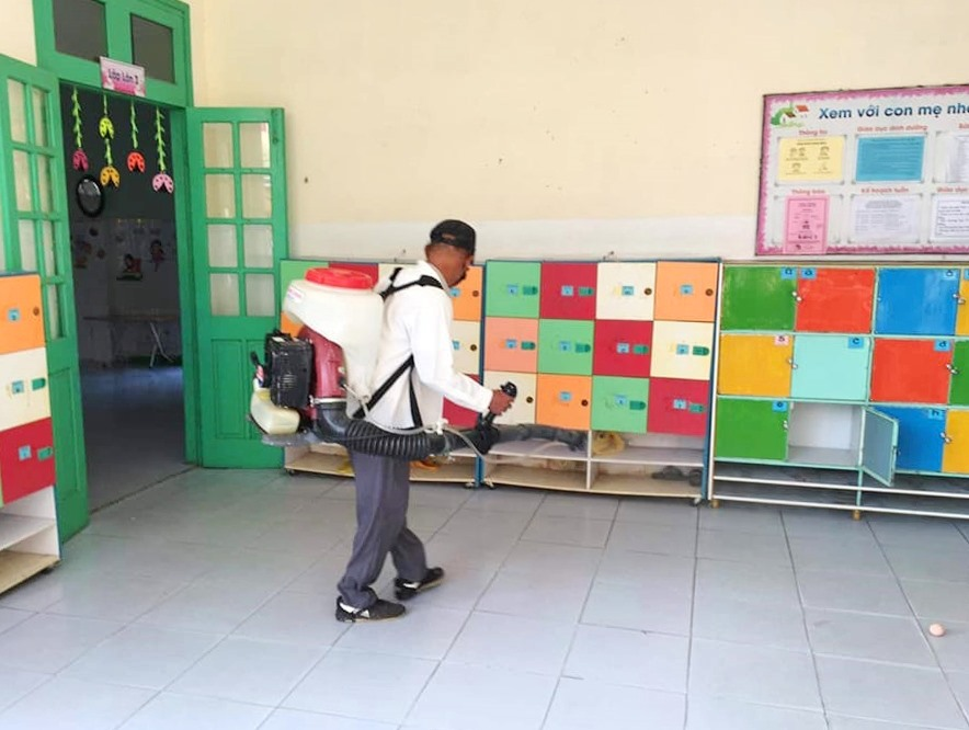Ngành y tế khử khuẩn trường lớp trong thời gian học sinh nghỉ học. Ảnh: Hồng Nhung