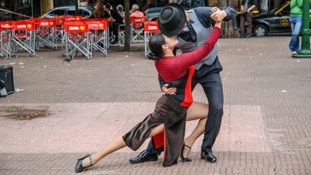 """Được gọi tên là """"Paris vùng Nam Mỹ"""", thành phố Buenos Aires của Argentina là nơi hội tụ của điệu tango nhẹ nhàng với những vườn hoa hồng tình yêu và những khu ẩm thực bên bờ sông quyến rũ. Ảnh: shutterstock"""