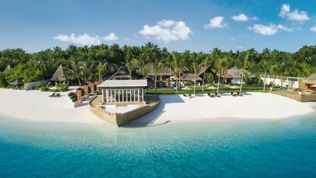 Là quốc gia nhỏ nhất châu Á về dân số (khoảng 530.000 người), quần đảo thiên đường Maldives bao gồm 26 đảo san hô nổi tiếng với những bãi biển trong xanh, cát trắng mịn rất lý tưởng cho những người yêu thích lặn biển và những khu nghỉ mát 5 sao đẳng cấp thế giới. Ảnh: CNN