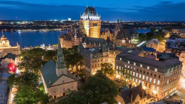 Thành phố Quebec, Canada là sự giao thoa giữa thành phố hiện đại và nét cổ kính. Trong đó, phố cổ Quebec một phần tọa lạc cheo leo trên những vách đá cao nhìn xuống dòng sông St. Lawrence thơ mộng. Ảnh: Quebec City Tour