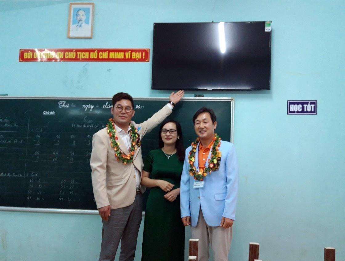 Trao tặng ti vi cho Trường Tiêu học Phạm Phú Thứ, xã Điện Phương, Điện Bàn