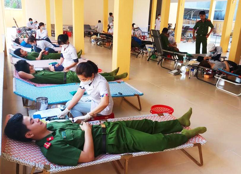 Chương trình hiến máu tình nguyện chung tay cùng cộng đồng phòng, chống dịch bệnh do virus Corona (Covid – 19) gây ra. Ảnh: THÁI CƯỜNG