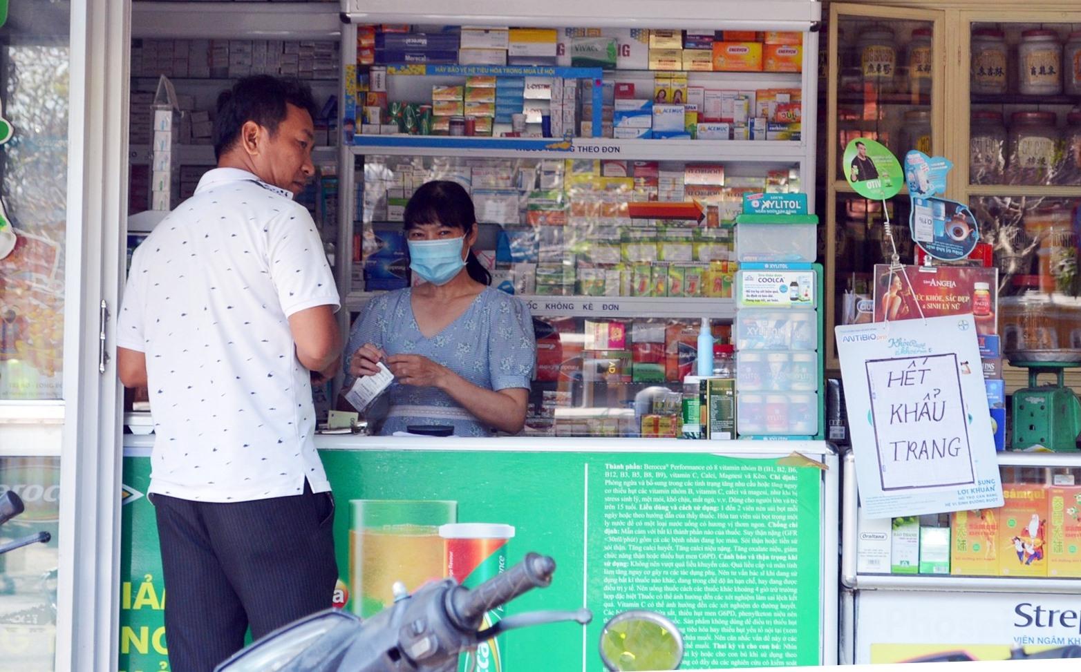 """Nhiều nhà thuốc tại Hội An, Điện Bàn đã treo biển """"Hết khẩu trang"""""""