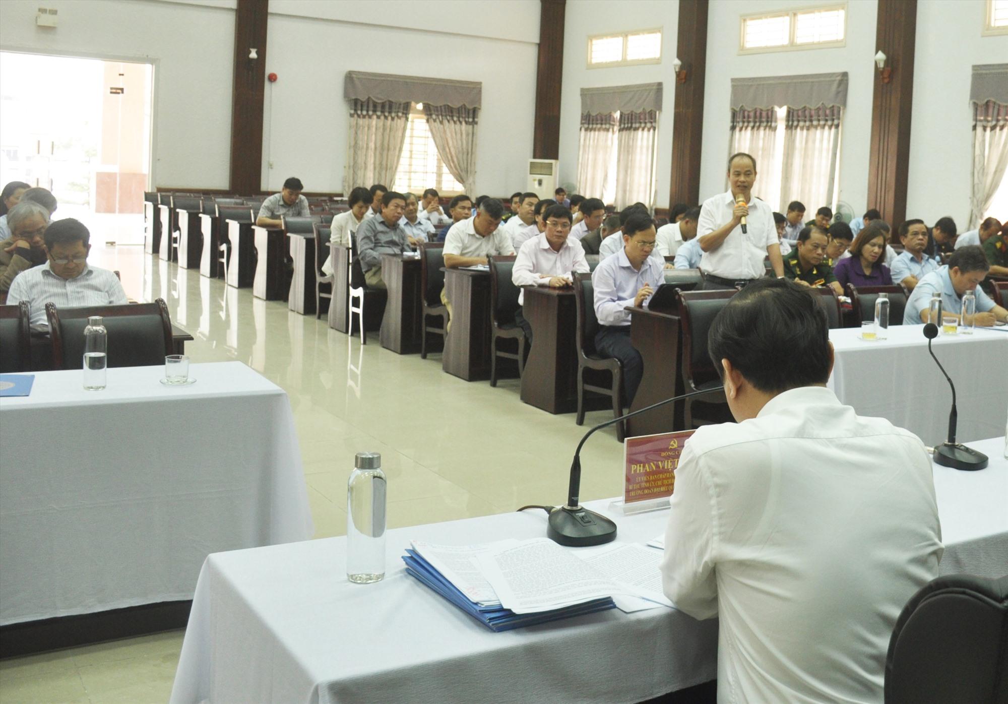 Đại biểu góp ý vào dự thảo văn kiện Báo cáo chính trị trình Đại hội đại biểu Đảng bộ tỉnh lần thứ XXII, nhiệm kỳ 2020 - 2025. Ảnh: N.Đ