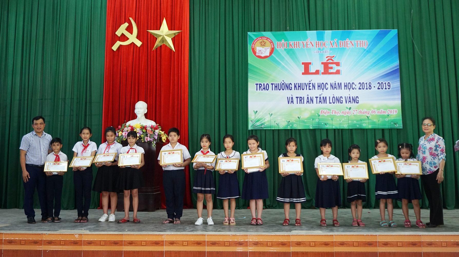 Hội Khuyến học xã Điện Thọ (thị xã Điện Bàn) trao quà cho học sinh nghèo vượt khó học giỏi. Ảnh: N.TRANG