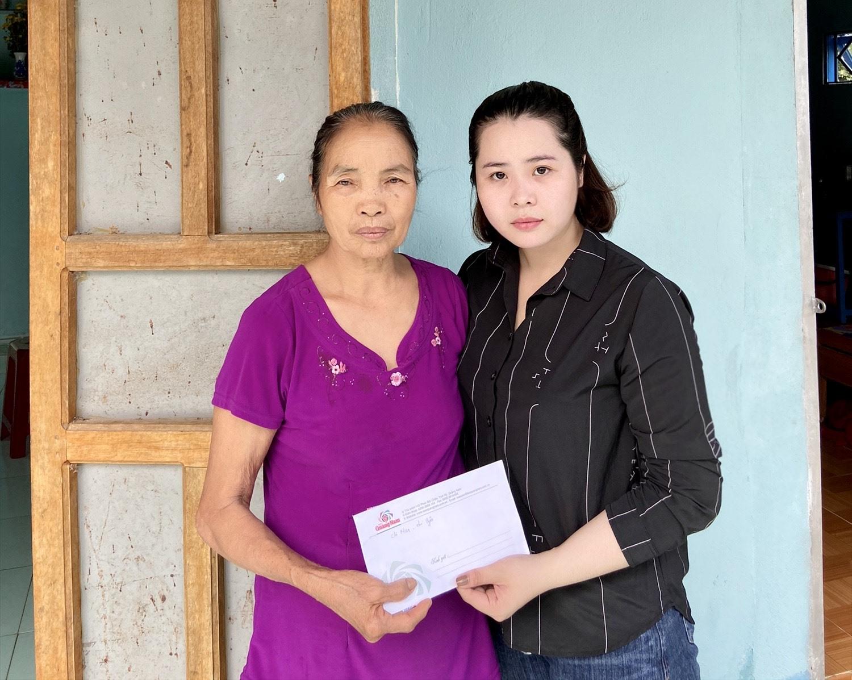Bà Đỗ Thị Xương nhận số tiền từ bạn đọc Báo Quảng Nam hỗ trợ. Ảnh: L.N