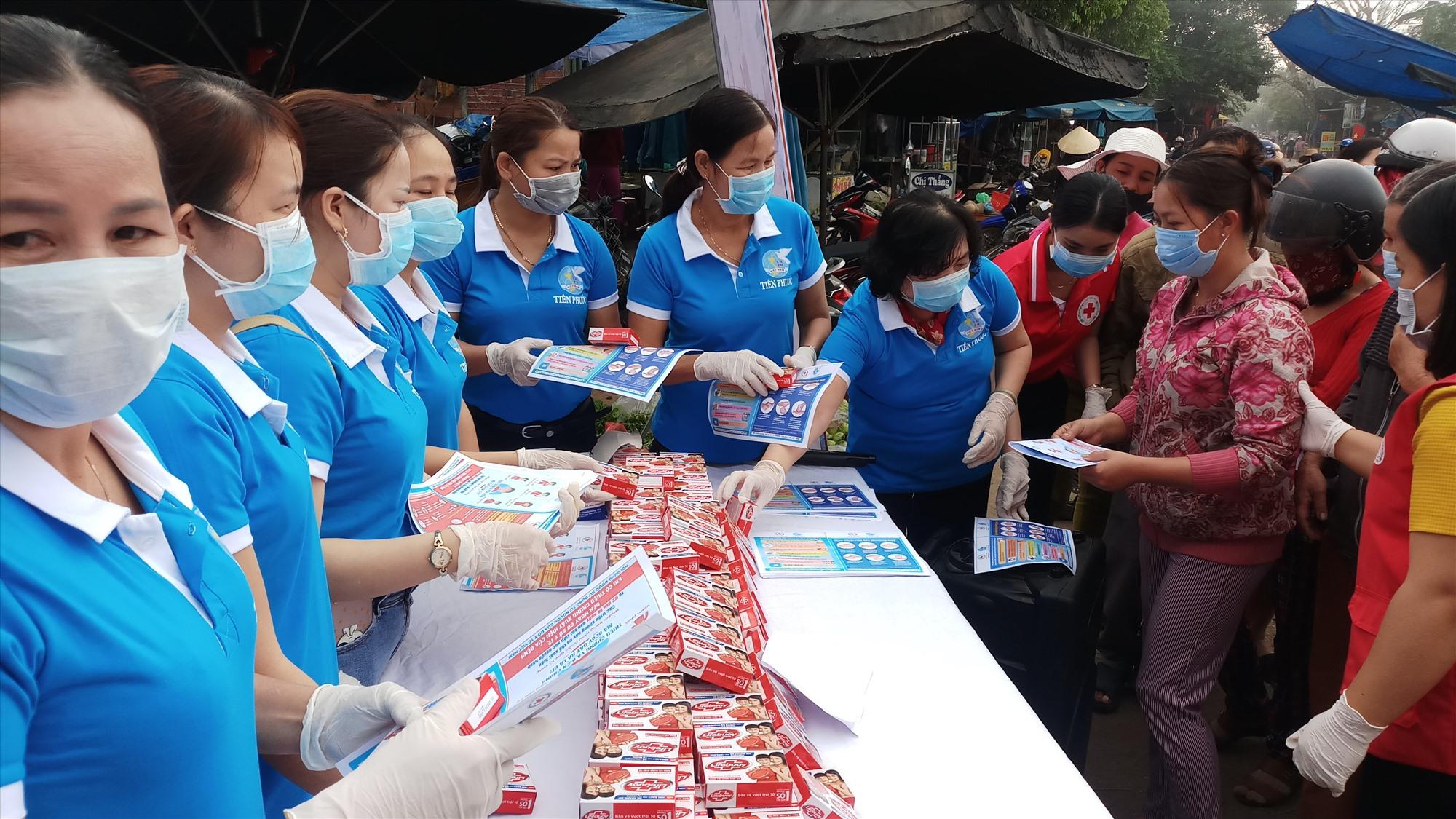 Hoạt động tuyên truyền lưu động, phát tờ rơi và tặng xà phòng diệt khuẩn của Hội Chữ thập đỏ và Hội LHPN huyện Tiên Phước thu hút đông đảo người dân tham gia. Ảnh: H.H