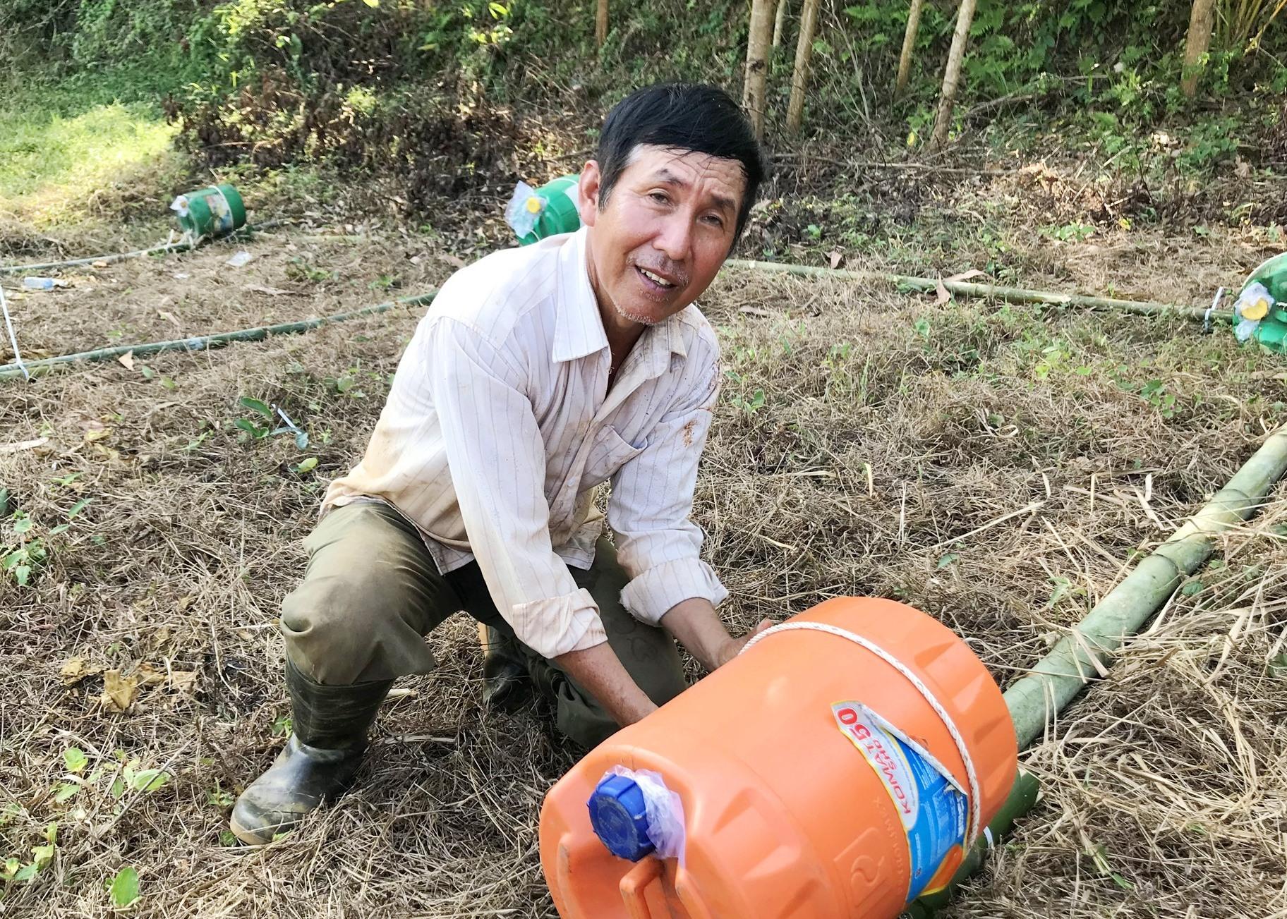 Ông Khôi thử sức với mô hình nuôi trai lấy ngọc trong nước ngọt. Ảnh: L.N