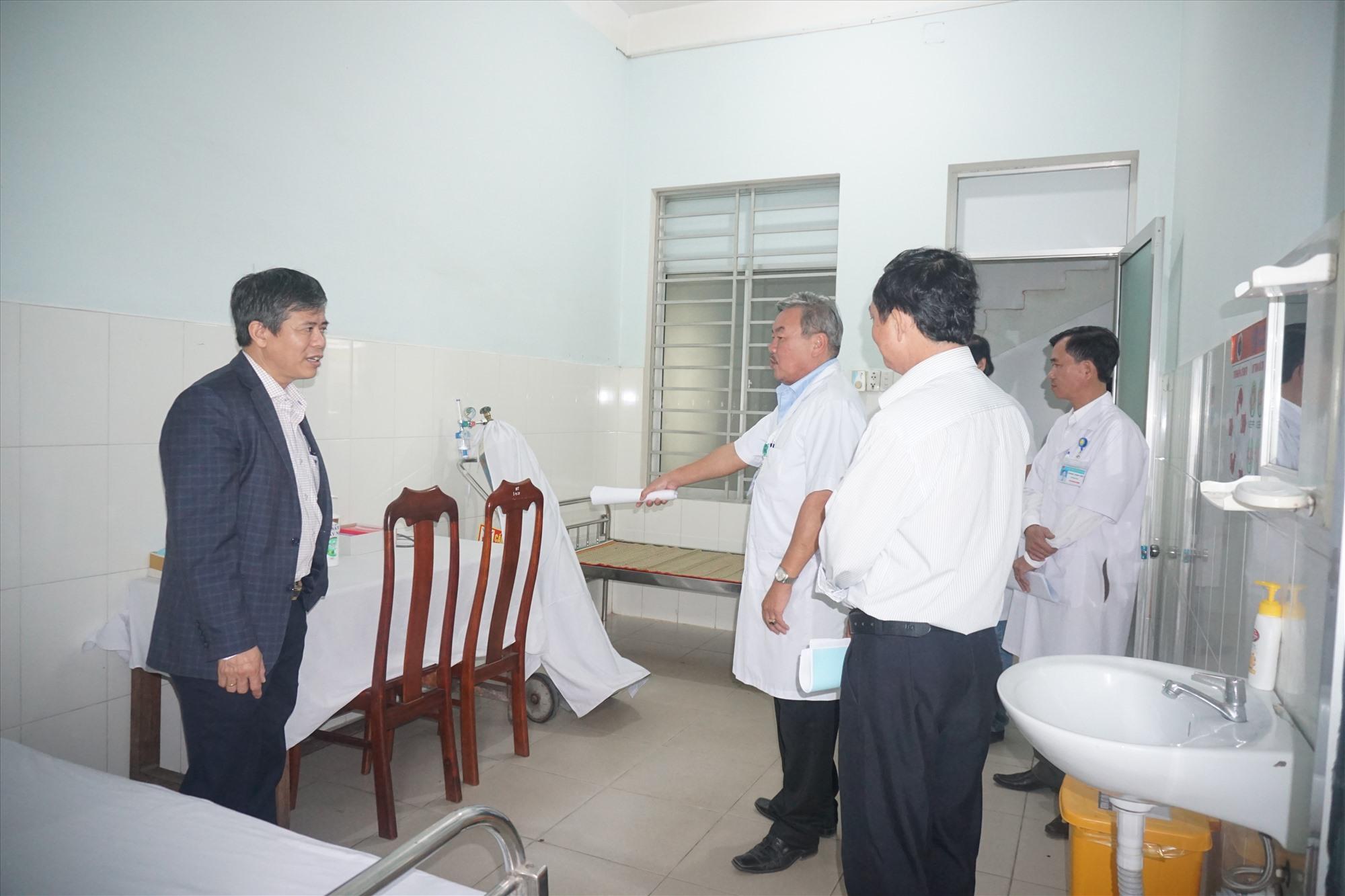 UBND huyện Thăng Bình kiểm tra công tác phòng chống dịch Covid-19 tại Trung tâm y tế huyện.