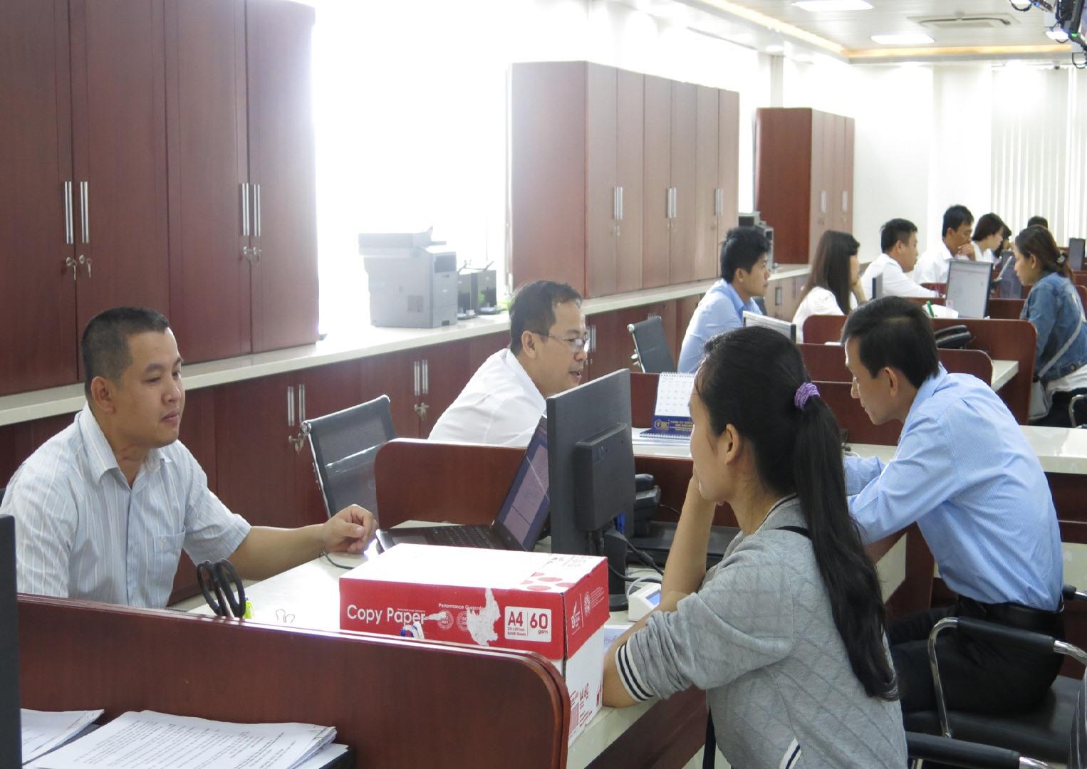 Giải quyết thủ tục hành chính tại Trung tâm Hành chính công và xúc tiến đầu tư tỉnh. Ảnh: T.S