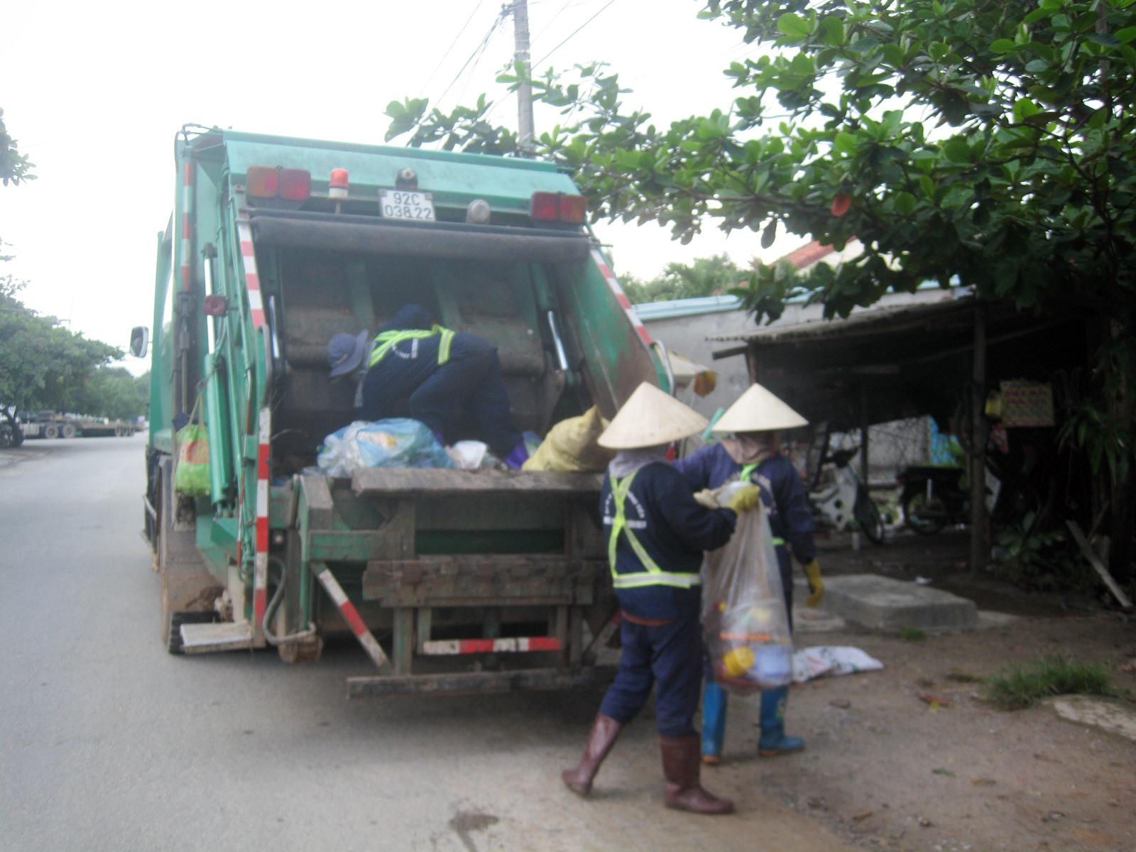 Thu gom rác thải tại Núi Thành. Ảnh: VĂN PHIN
