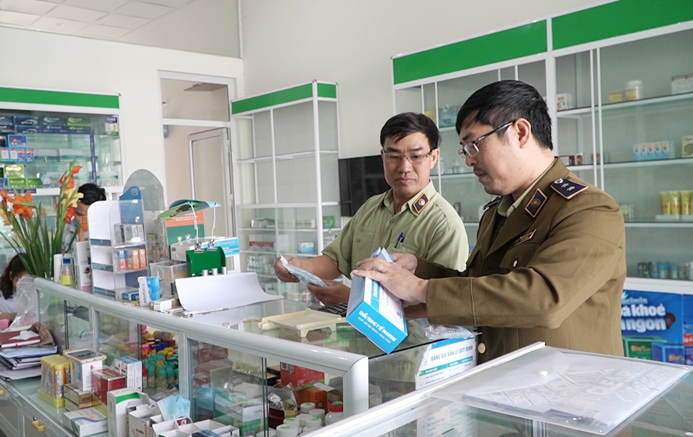 Đội quản lý thị trường số 1 (Cục Quản lý thị trường Quảng Nam) kiểm tra vật tư y tế tại một hiệu thuốc ở TP.Tam Kỳ. Ảnh: VINH THẮNG