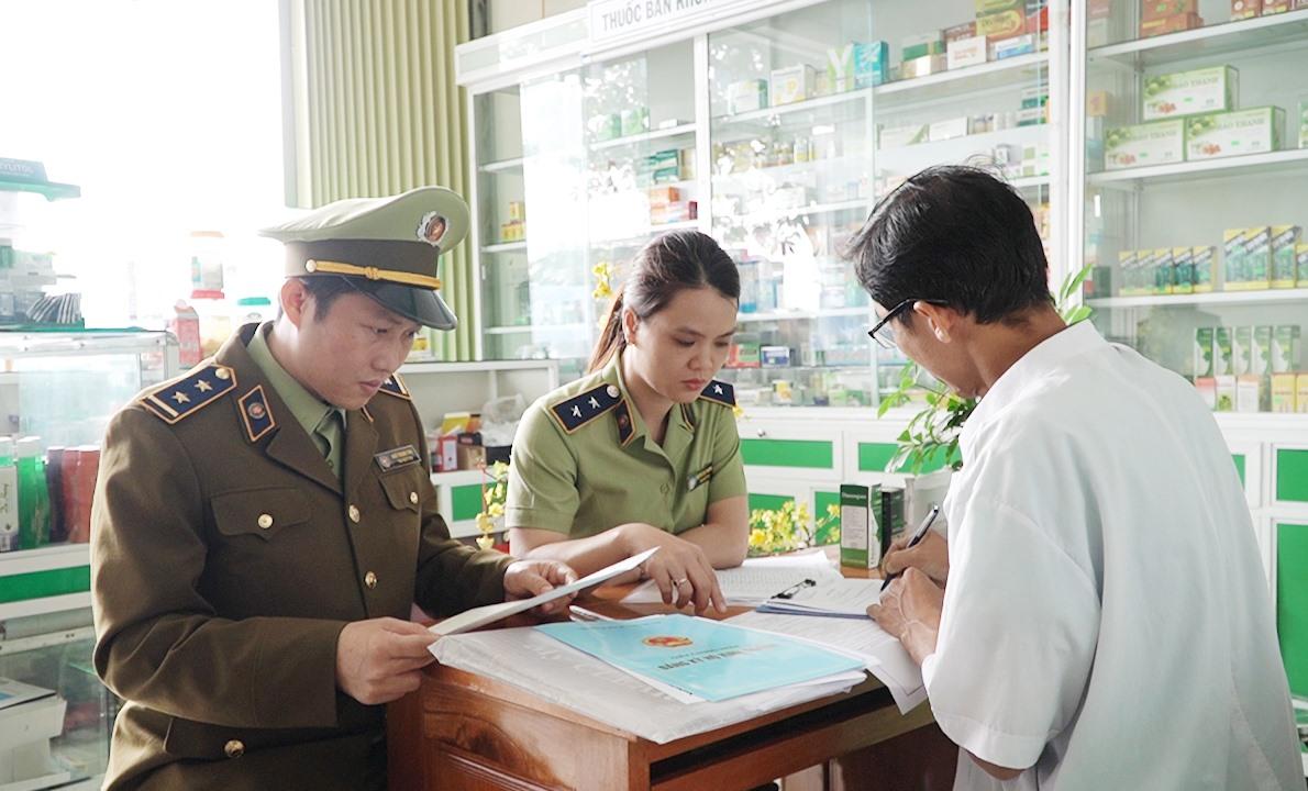 Cục Quản lý thị trường Quảng Nam tiến hành cho các hiệu thuốc ký cam kết bán đúng giá vật tư y tế. Ảnh: VINH THẮNG