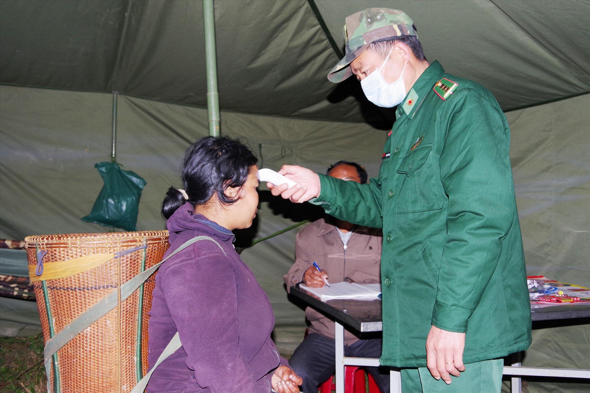 Kiểm tra thân nhiệt người dân khi qua khu vực biên giới